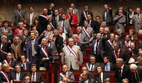 rEtraites: des élus de l'opposition avec leurs écharpes tricolores de députés-