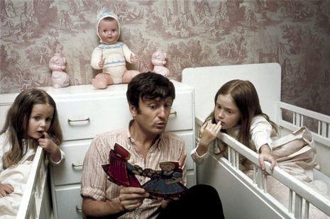 Pour ses filles, Natalie, 4 ans, et Delphine, 7 ans, il se fait le plus captivant des conteurs. En 1968, dans leur maison à Orgeval.
