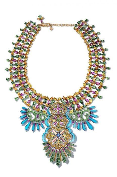 """Le collier en or blanc parsemé de saphirs, rubis et autres topazes de la collection """"Rihanna Loves Chopard""""."""