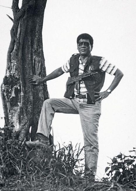 Rodrigo Duterte et son pistolet-mitrailleur Uzi, quand il était maire de Davao, au milieu des années 1990.