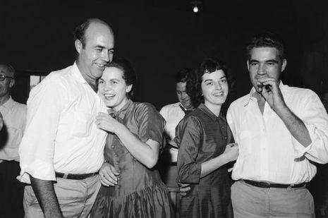 Roy Bryant, qui fume un cigarre, et Carolyn sa femme, accompagnés de J.W. Milam et son épouse.