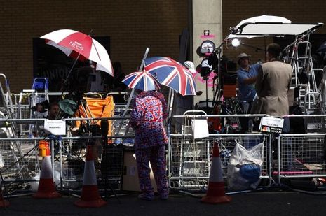 Un «royal supporter» discute avec des journalistes qui patitentent devant le Saint Mary Hospital de Londres.