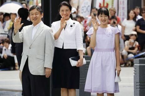 La princesse Aiko du Japon avec ses parents le prince héritier Naruhito et la princesse Masako à Matsumoto, le 10 août 2016