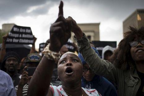 Un habitant de Baltimore proteste contre les autorités.