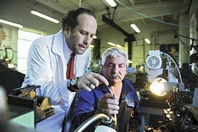 Jacques von Polier, ici avec un artisan, a relancé les ateliers Raketa. Leur dernier modèle de montre célèbre le centenaire de l'avant-garde russe.