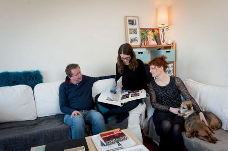 Sa sœur Laura, Ian et Virginie, leurs parents, réunis dans la douleur, feuillettent un album de famille. Avec les deux chiens Bobica et Rouky, celui d'Emilie.