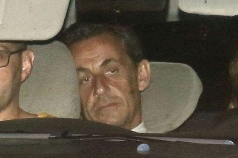 Mercredi 2juillet, 1heure du matin. Au terme d'une garde à vue de quinze heures, Nicolas Sarkozy est conduit dans le bureau des juges du pôle financier de Paris. A ses côtés, la commissaire Christine Dufau qui l'a interrogé.