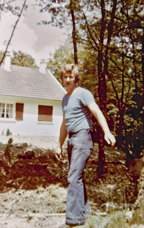 Norbert Marot. Derrière lui, le pavillon que le couple a fait construire à La Selle-sur-le-Bied, dans le Loiret.