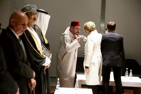 Le roi du Maroc Mohammed VI salue Brigitte Macron tandis que le président s'entretient avec le roi du Bahreïn Hamed ben Issa Al Khalifa.