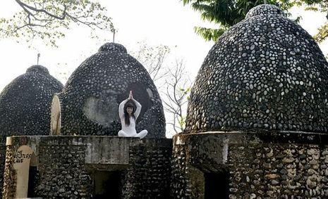Situé près d'une réserve de tigres d'un côté et de la route des éléphants de l'autre, l'ashram où séjournèrent les Beatles en 1968 attire toujours les yogis qui improvisent une séance en plein air.