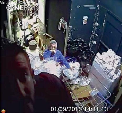 14h41 et 13secondes. Un otage (au premier plan) doit désactiver la caméra de surveillance 13.