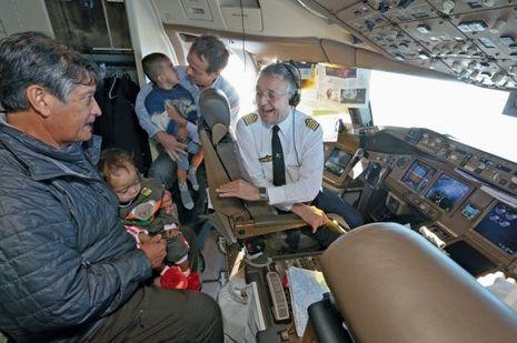 Dans le cockpit, avec le commandant de bord. Le vol Bangkok-Paris durera dix heures trente. Sipa pleure toujours, mais Do s'est enfin endormie…