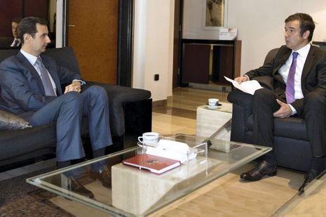 A gauche, le président Bachar el-Assad et l'envoyé spécial de Paris Match à Damas, Régis Le Sommier.