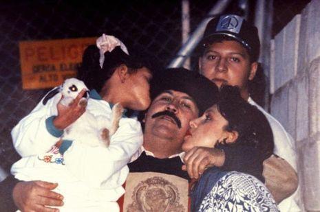 Peu après son évasion de la «Cathédrale», la prison de Medellin, en juillet 1992. Entouré de sa femme et de sa fille, Manuela. Derrière, leur fils, Juan Pablo.