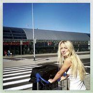 Inna Shevchenko à l'aéroport de Varsovie, dernière étape avant la France.