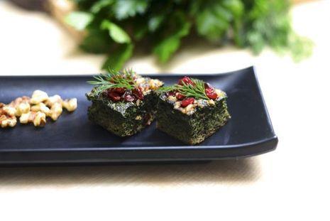 Des cubes de koukou sabzi, sorte de tortilla iranienne à base d'herbes et de noix.