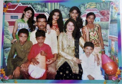 Photo de famille avec ses six enfants et un cousin.