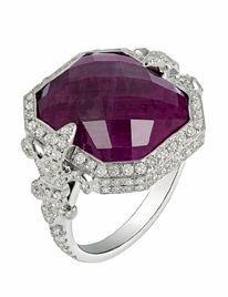 Bague Chouchane: des fleurs de lys serties de diamants encadrent un rubis facetté de 7carats. Laura Sayan.