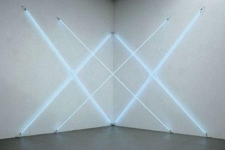 «Triple X neonly», François Morellet, 2012, tubes de néon bleu, 2 t