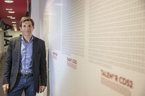 André Choulika devant la séquence ADN d'une paire de ciseaux moléculaires, cet outil révolutionnaire qui permet de modifier le génome des cellules.