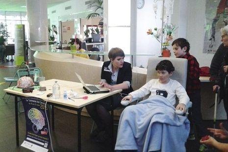 Le 18 mars dernier, à l'hôpital de Grenoble, Nataliya procède à des tests avec des enfants malades. (DR).
