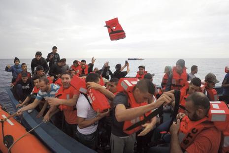 DES MIGRANTS DE LIBYE Ils traversent la Méditerranée sur une barque. Ceux-ci seront sauvés par une ONG.