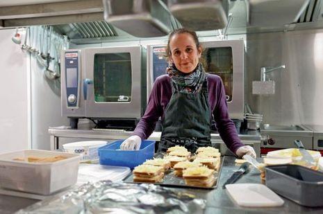 Christèle dans la cuisine de son gîte d'étape où elle héberge des proches endeuillés