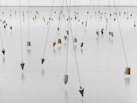 «350 Points Towards Infinity», 2009. Fils à plomb, aimants, métal.