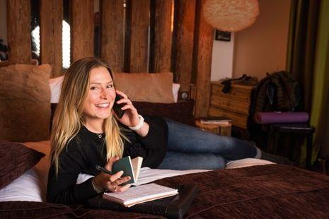 Séance d'écriture au chalet Covarel Face, à Val-d'Isère, Tessa tient à jour trois carnets de notes et de réflexions.