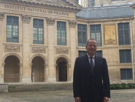"""Shai Reshef, fondateur de la """"University of the People"""", devant la coupole de l'Académie Française"""