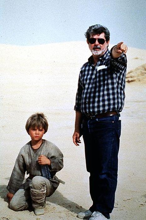 """Jake Lloyd avec George Lucas sur le tournage de """"Star Wars"""", 1999."""