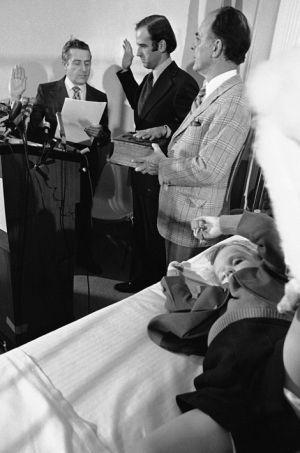 Le 5 janvier 1973, Joe Biden devient sénateur du Delaware devant Beau encore hospitalisé.
