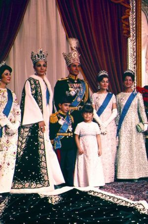 Photo officielle du sacre du Shah d'Iran Mohammad Reza Pahlavi à Téhéran le 26 octobre 1967. Sa jumelle la princesse Ashraf est à droite