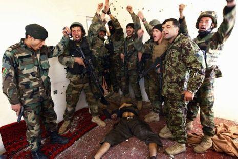 soldats afghans célèbrent leur victoire sur le cadavre d'un taliban attaque centre commercial 870x581-