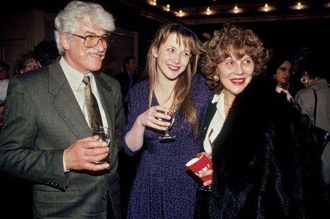 Avec son père Benoît Maupu et sa mère, Simone, à la générale d'«Eurydice» qu'elle joue au théâtre de l'Œuvre, en 1991.