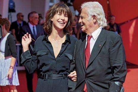 A la Mostra de Venise, le 8septembre, elle remet à Jean-Paul Belmondo le Lion d'or pour l'ensemble de sa carrière.
