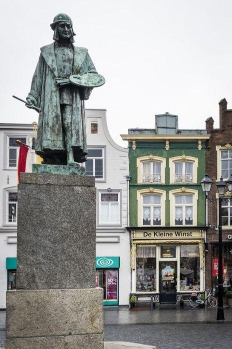 Sur la grand-place de Bois-le-Duc, la ville natale de Jérôme Bosch, la statue du peintre réalisé par August Falise.