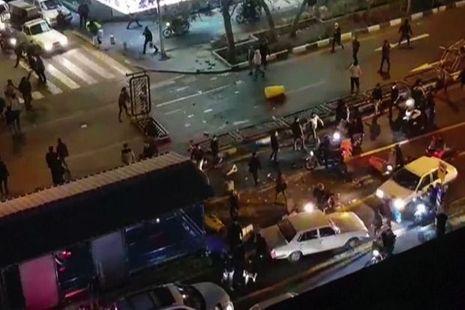 Téhéran, le soir du 30 décembre: des manifestants tentent d'ériger une barricade.