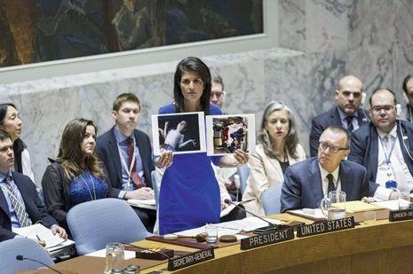 5 Avril. Nikki Haley présente devant le Conseil de sécurité de l'Onu les preuves visuelles de l'utilisation d'armes chimiques.