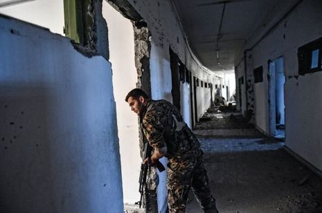 Un combattant des FDS en reconnaissance dans les couloirs