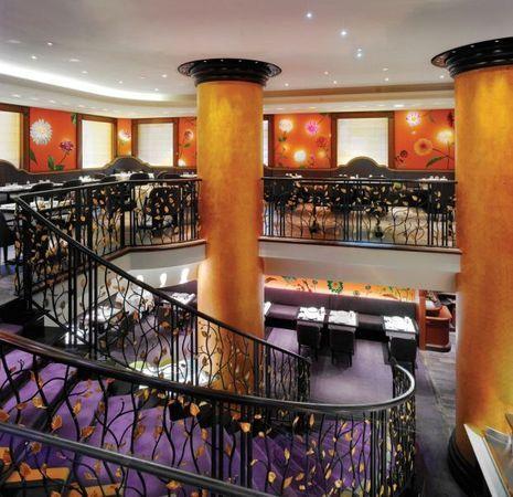 Un escalier en fer forgé monumental rythme les 2 niveaux de ce restaurant aux allures Art déco