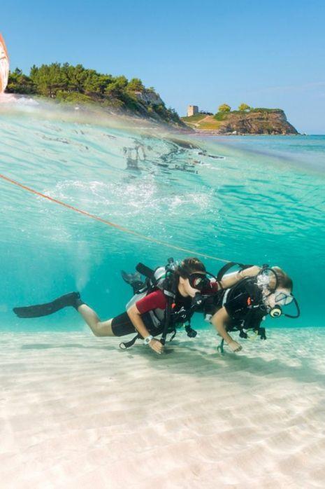 Des plongeurs contemplent les fonds marins de la mer Egée.