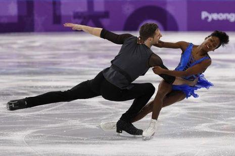 Vanessa James et Morgan Ciprès patinent lors de l'épreuve pas équipe aux JO de Pyeongchang.