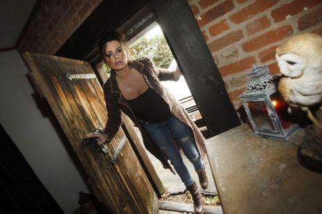 Vanessa Mitchell ouvre la porte de sa maison hantée à St-Osyth.