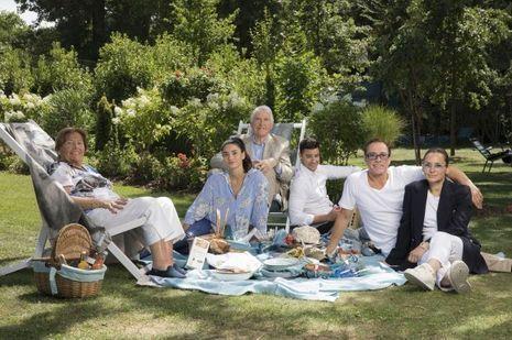 Déjeuner sur l'herbe au Lagardère Paris Racing, dans le bois de Boulogne. Avec Eliana et Eugène Van Varenberg, ses parents, Bianca, Kristopher et Gladys.