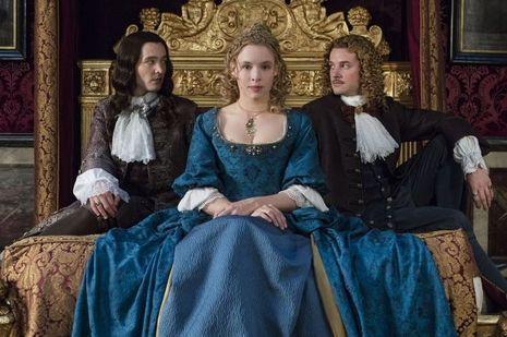 Alexander Vlahos (Philippe d'Orléans), Jessica Clark (la princesse palatine), Evan Williams (le chevalier de Lorraine)