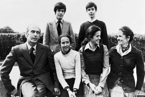 En 1974, Valéry et Anne-Aymone Giscard d'Estaing posent avec leurs enfants Jacinte,Valerie-Anne, Henri et Louis.