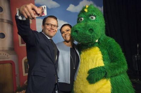 La princesse Victoria avec le prince consort Daniel de Suède et Bolibompa, le dragon de la SVT, à Stockholm le 6 avril 2017