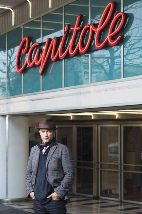 """Vincent Pérez devant le cinéma """"Capitole"""""""