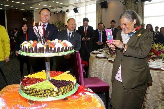 Ravie de son gâteau chinois pour ses 60 ans